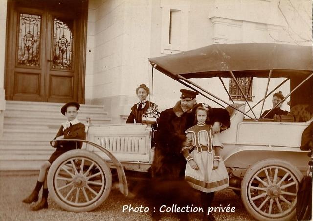 Le beau-frère du Dr François Roland (mari de la soeur de sa première épouse) Emile Charbonnier, ingénieur cantonal de Genève pose ici en compagnie de ses enfants et de son épouse devant la villa Roland.