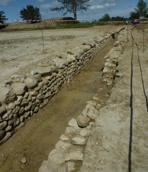 L'aqueduc rue René Vidart à Divonne - Chantier de l'Oppidum - 9 mai 2015. Cette photo peut prêter à confusion : bien comprendre que l'aqueduc construit par les Romains était recouvert d'une voûte et enterré sur tout son parcours.