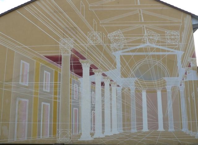 La fresque murale en trompe l'oeil sur l'esplanade du musée évoque les dimensions de la basilique.